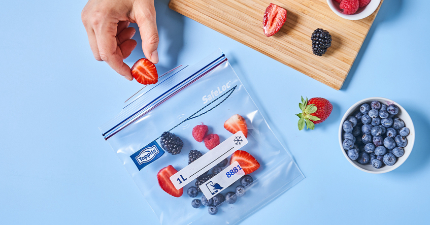 SafeLoc® fryseposer med dobbeltlukning er perfekte til frysning af friske bær: pladsbesparende og sikkert.