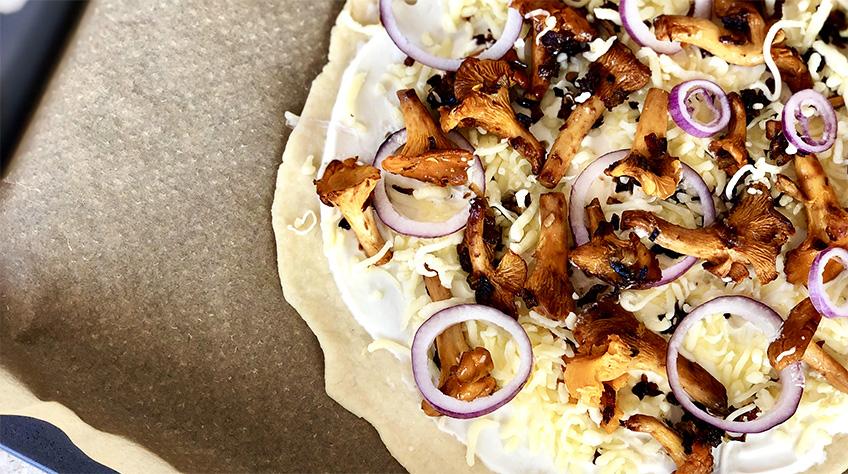 Ovnbagt pizza med kantareller og crème fraiche