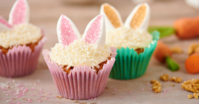 Gulerodsmuffins med dekoration af kaninører I Toppits Flower muffins forme