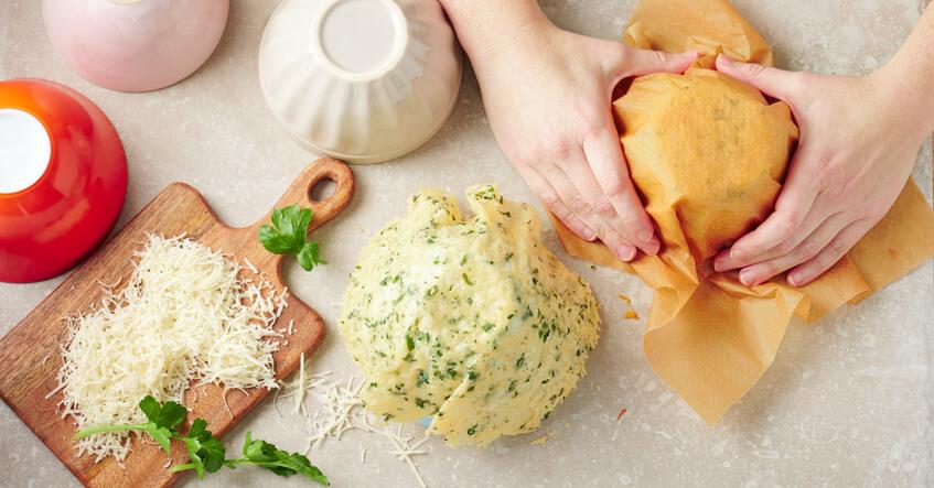 Parmesanost formes til parmesan kurve over en skål