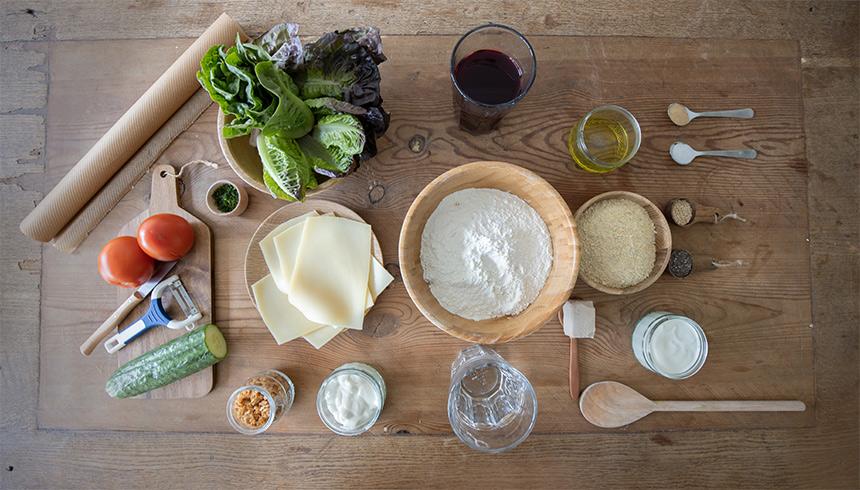 Ingredienser til grøntsagsburgere på falafel med brød af rødbeder