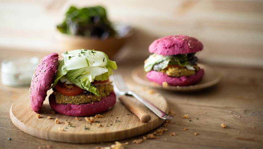 Veggieburgers med falafel og rødbede med topping