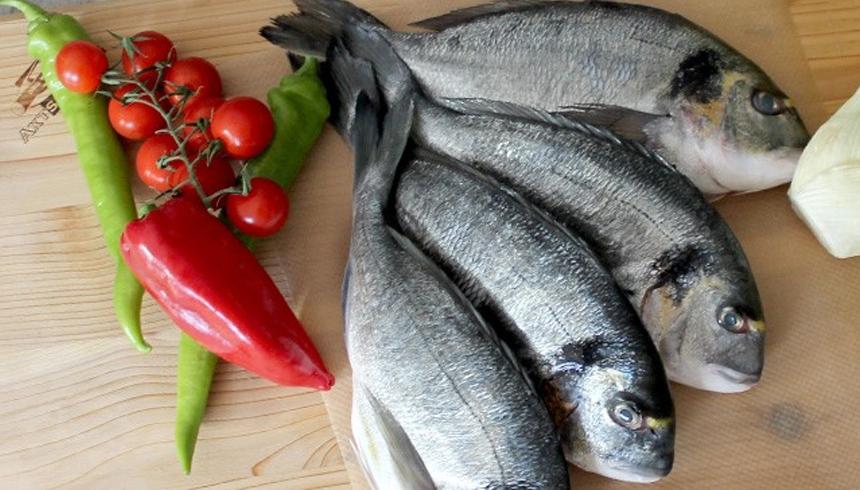 Grillet fisk i pakke af bagepapir