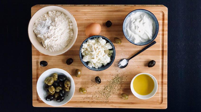 Ingredienser til græske muffins. oliven og fetaost