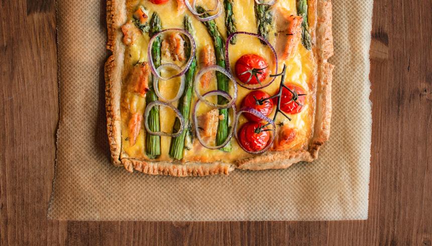 Bland og snack med quiche på butterdej med æg, laks, asparges og løgfyld