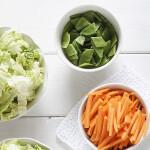 Friske grøntsager og frugt I køkkenet